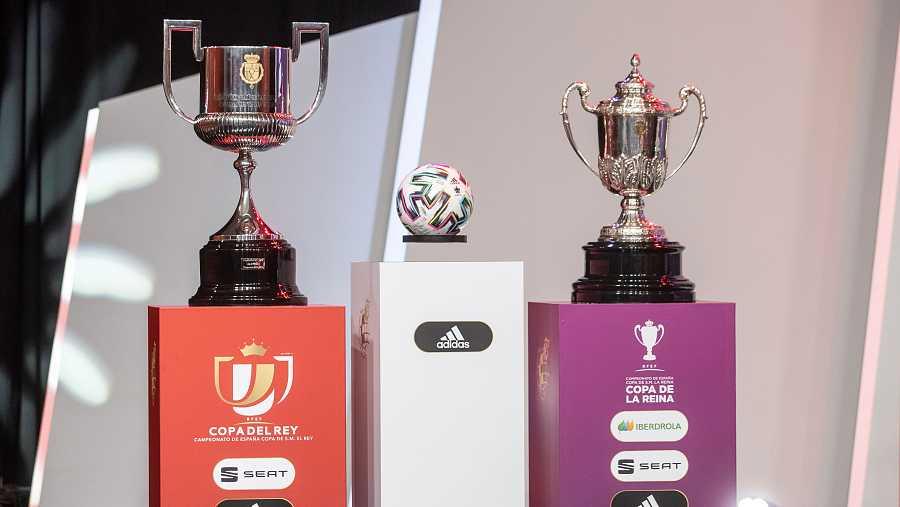 Los trofeos de la Copa del Rey y Copa de la Reina