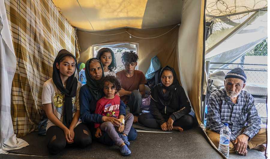 En Moria muchas las familias comparten tienda de campaña