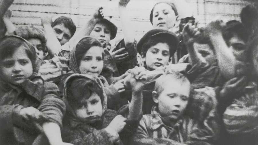 Niños prisioneros de Auschwitz muestran sus tatuajes de identificación tras la liberación del campo el 27 de enero de 1945.