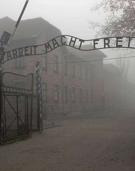 Entrada de Auschwitz, donde se puede leer Arbeit macht frei (