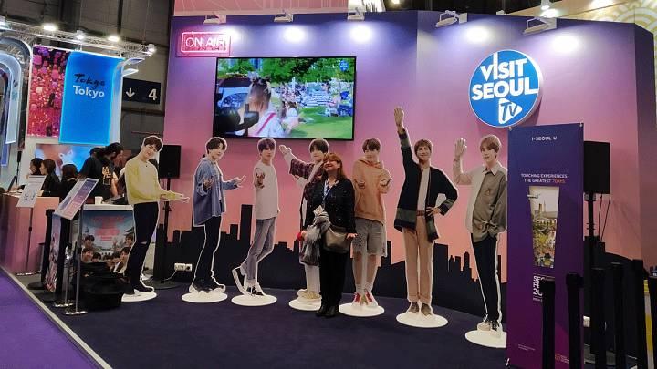 Imágenes de cantantes de K-POP en el stand de Corea del Sur en Fitur 2020