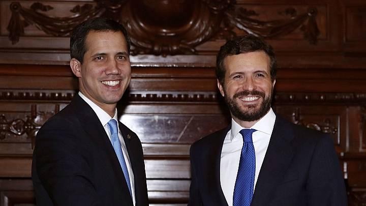 El presidente del Partido Popular, Pablo Casado (d), y el presidente de la Asamblea Nacional de Venezuela (i), Juan Guaidó en la Casa de América de Madrid.
