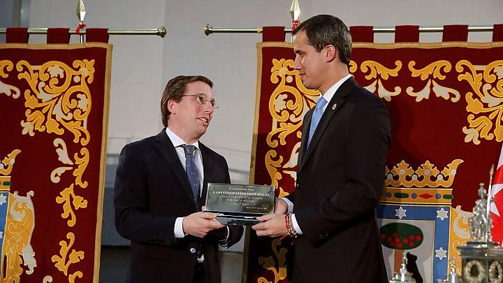 El presidente encargado de Venezuela, Juan Guaidó (d), recibe la Llave de Oro de la ciudad del alcalde de Madrid, José Luis Martínez-Almeida (i), en el Ayuntamiento de Madrid.