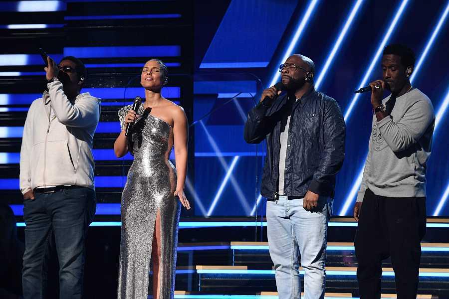La maestra de ceremonias, Alicia Keys, junto al grupo Boyz II Men, cantan durante la inauguración de la 62ª edición de los Premios Grammy tras la muerte del jugador de baloncesto Kobe Bryant.