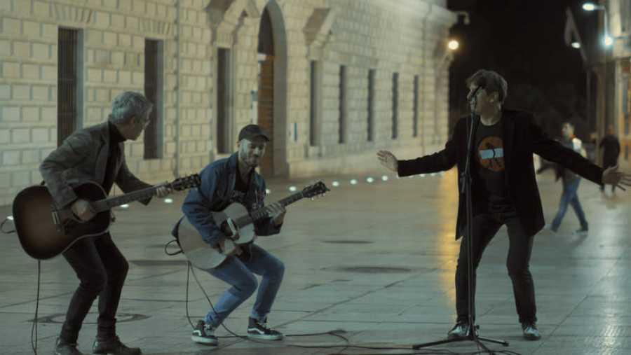 'Un país para escucharlo': Vanesa Martín y La Shica guían a Ariel Rot por Málaga y Ceuta