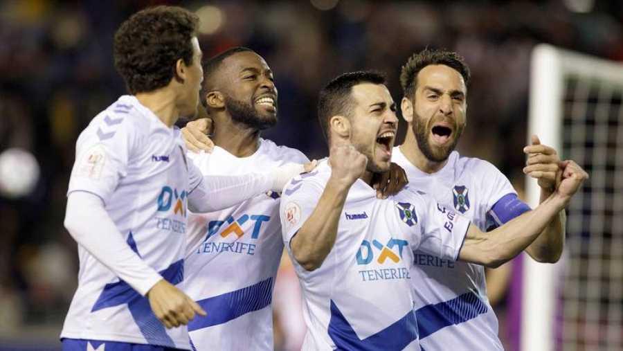 Los jugadores del CD Tenerife celebran el primer gol de Joselu (2d) frente al Athletic Club durante el partido de Copa del Rey