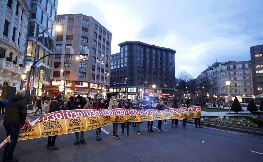 Varios piquetes cortan una avenida en Bilbao, este jueves, durante la huelga convocada en Euskadi y Navarra.