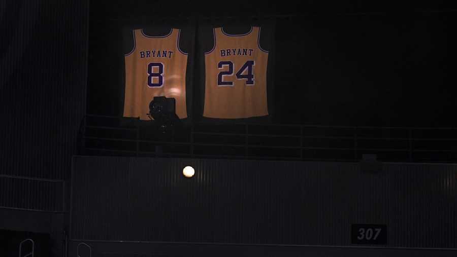 Las camisetas retiradas de Kobe Bryant en el Stpales Center