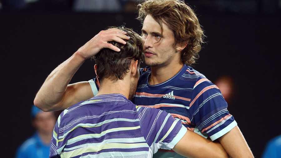 Abrazo deportivo entre los dos al terminar el partido