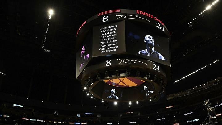 Antes del inicio del partido, se proyectaron distintas imágenes de Kobe Bryant y de su hija, Gigi.