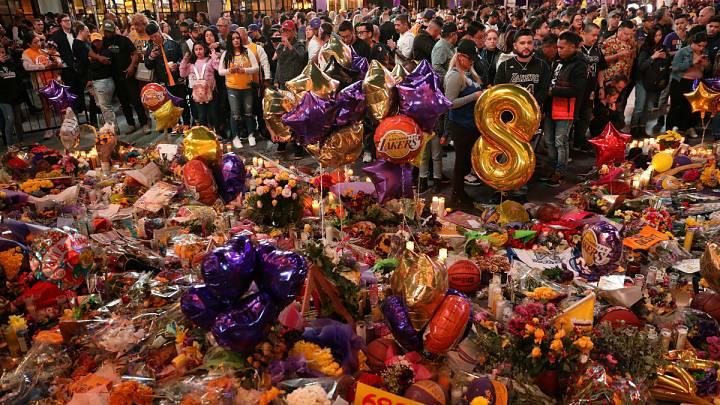 Los alrededores del Staples Center se han convertido ya en un punto de referencia en el que poder encontrar miles de obsequios y recuerdos del jugador y su hija.