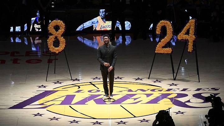 El cantante estadounidense Usher ha actuado antes del partido entre los Lakers y los Blazers.