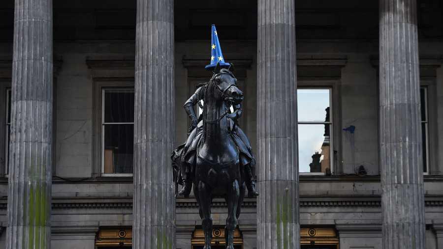 Un cono con los colores de la UE luce sobre la cabeza de la estatua ecuestre del duque de Wellington frente al Museo de Arte Moderno de Glasgow este sábado.