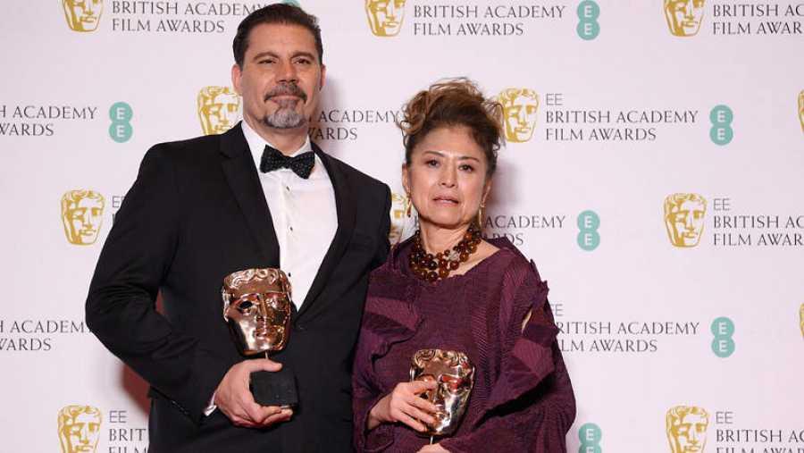 Sergio Pablos y Jinko Gotoh, director y productora, respectivamente, de 'Klaus', posan con el Bafta a mejor película de animación