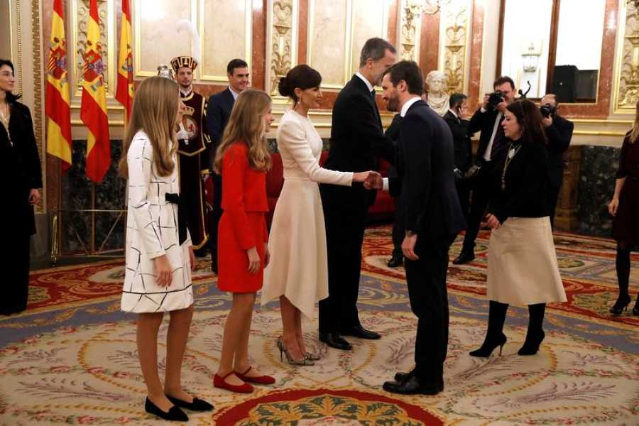 Pablo Casado (PP) saluda a los reyes en el salón de los Pasos Perdidos del Congreso.