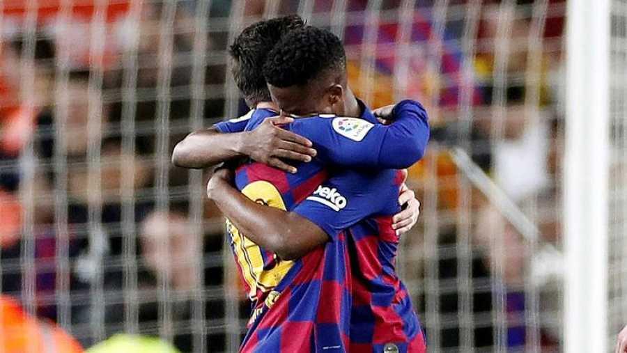 El delantero del FC Barcelona Ansu Fati (d) celebra con Leo Messi tras marcar el primer gol ante el Levante