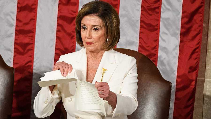 La presidenta de la Cámara Baja de los EE.UU., Nancy Pelosi, rompe la copia del discurso de Donald Trump