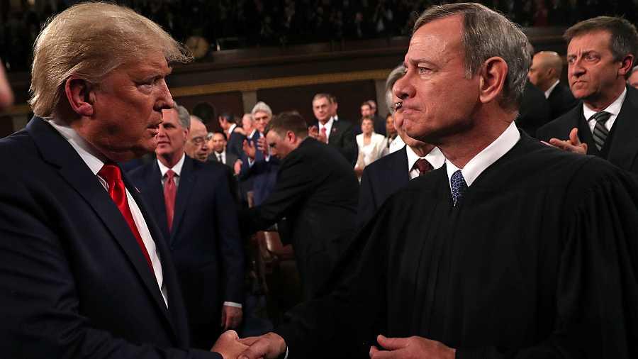 El presidente de Estados Unidos, Donald Trump, saluda al presidente del Tribunal Supremo, John Roberts