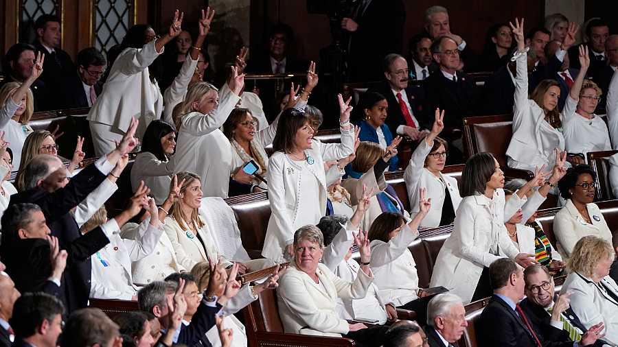Varios congresistas demócratas se levantan para protestar durante el discurso de Donald Trump