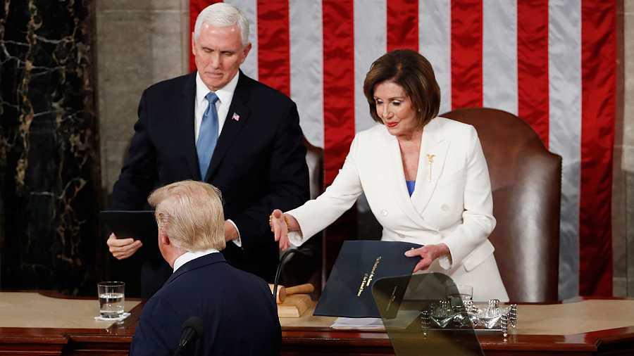 El presidente de los Estados Unidos, Donald Trump, evita saludar a la presidenta de la Cámara de los Representantes, Nancy Pelosi