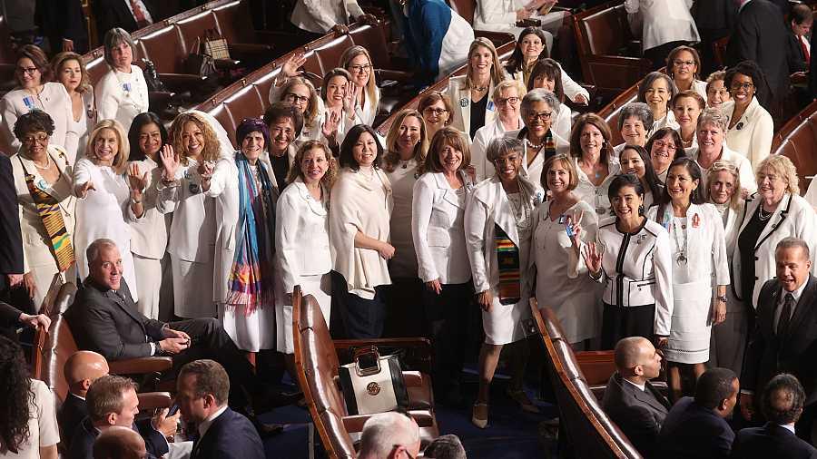 Congresistas demócratas, vestidas de blanco durante el discurso del Estado de la Unión