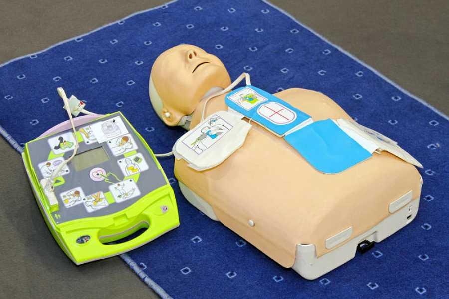Un desfibrilador externo automático (DEA), o AED en sus siglas en inglés.