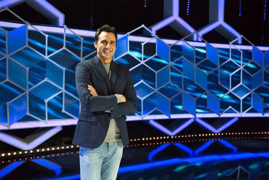 Ion Aramendi, presentador de 'El Cazador' en el plató del programa