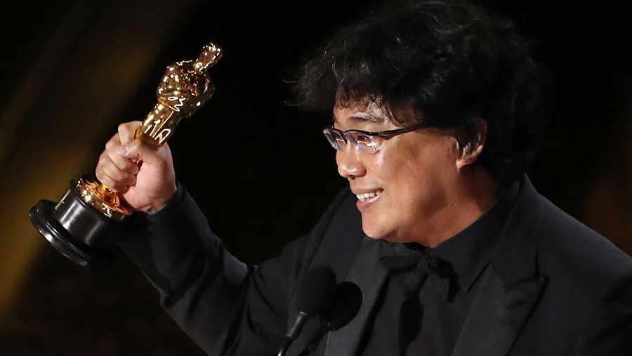 Bong Joon-Ho con el Oscar a mejor guion original.