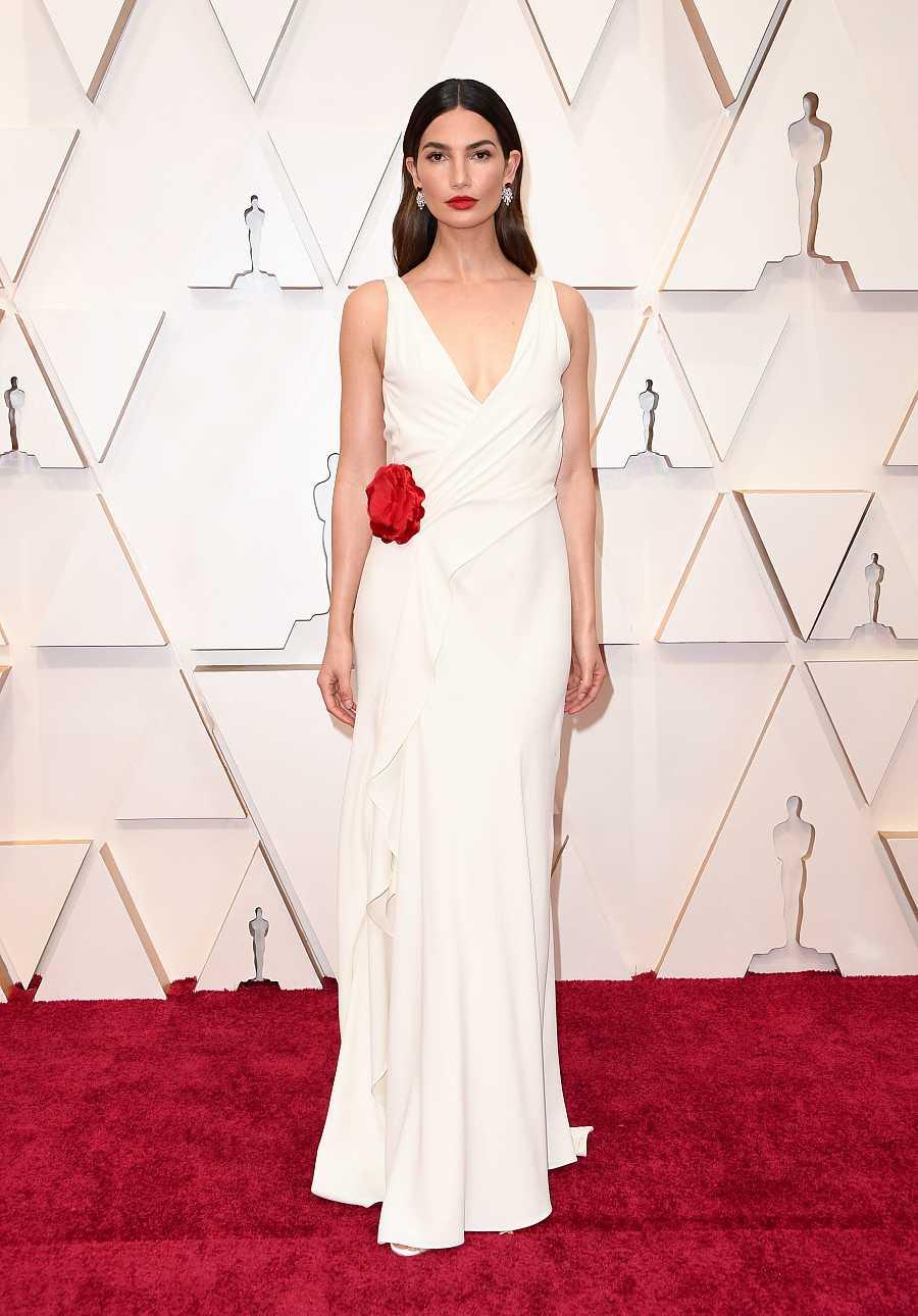 Lily Aldrige posa en la alfombra roja de los Oscar 2020 con un Ralh Lauren de 2013
