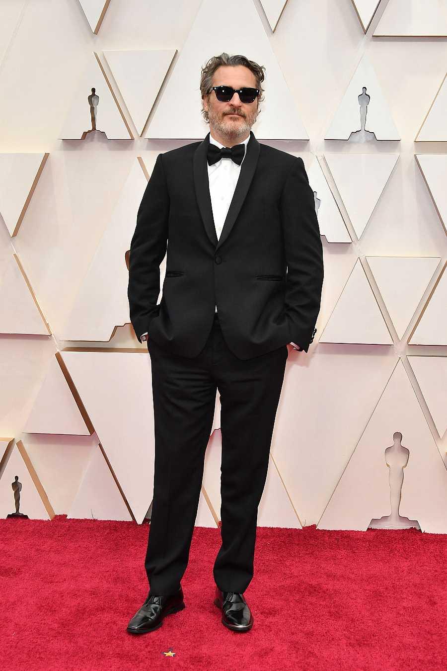 Joaquín Phoenix ha posado en la alfombra roja de los Oscar 2020 con un esmoquin de Stella McCartney. El mismo que ha llevado a todas las entregas de premios de esta temporada cinematográfica
