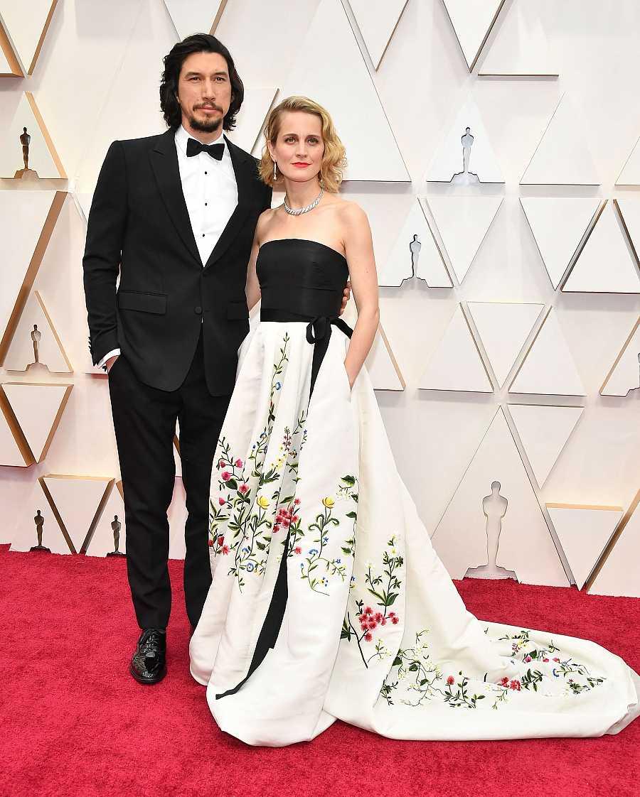 Joanne Tucker posa en la alfombra roja de los Oscar 2020 con un Oscar de la Renta vintage junto a su marido Adam Driver