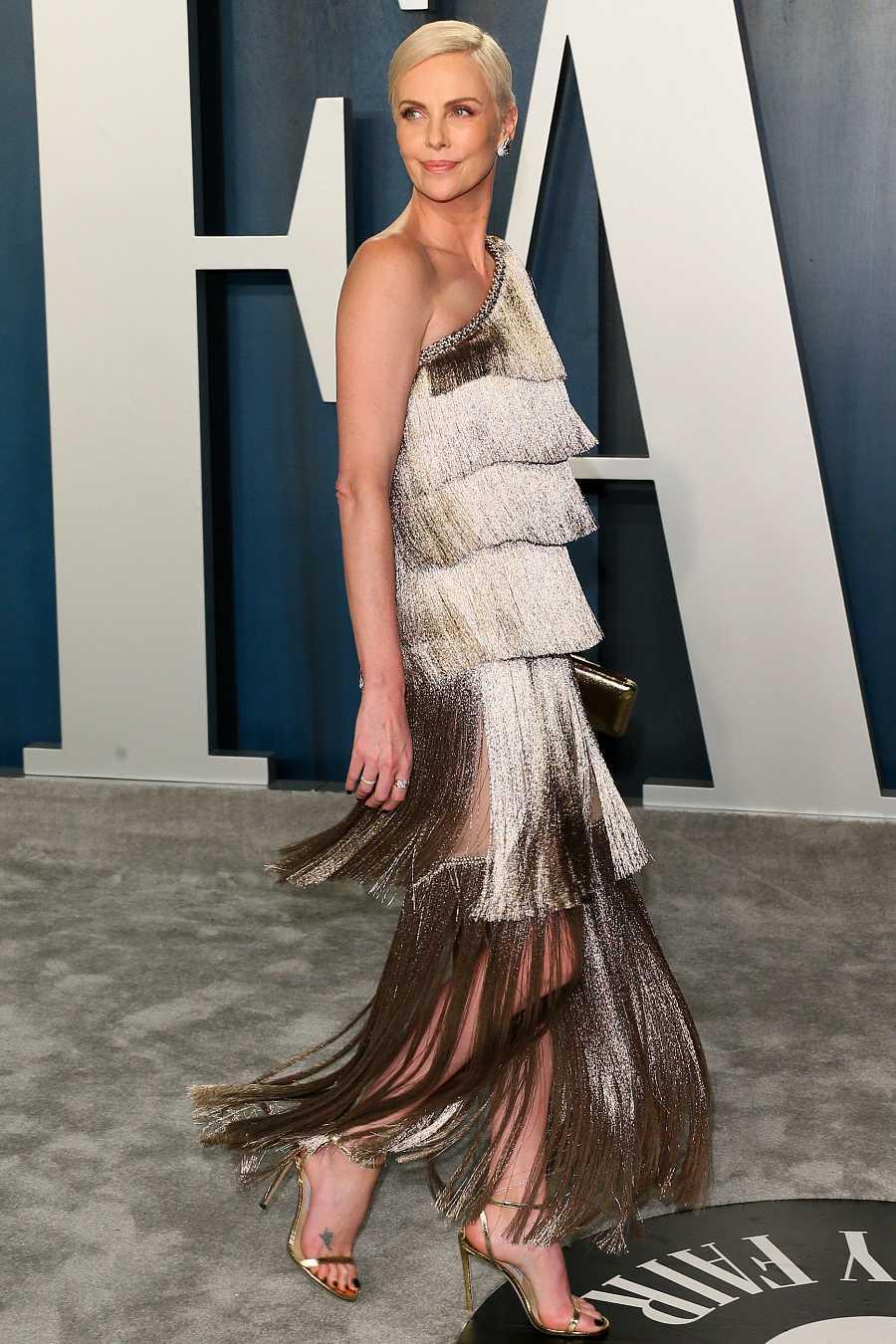 Charlize Theron luce vestido de flecos en la fiesta posterior a los Oscar
