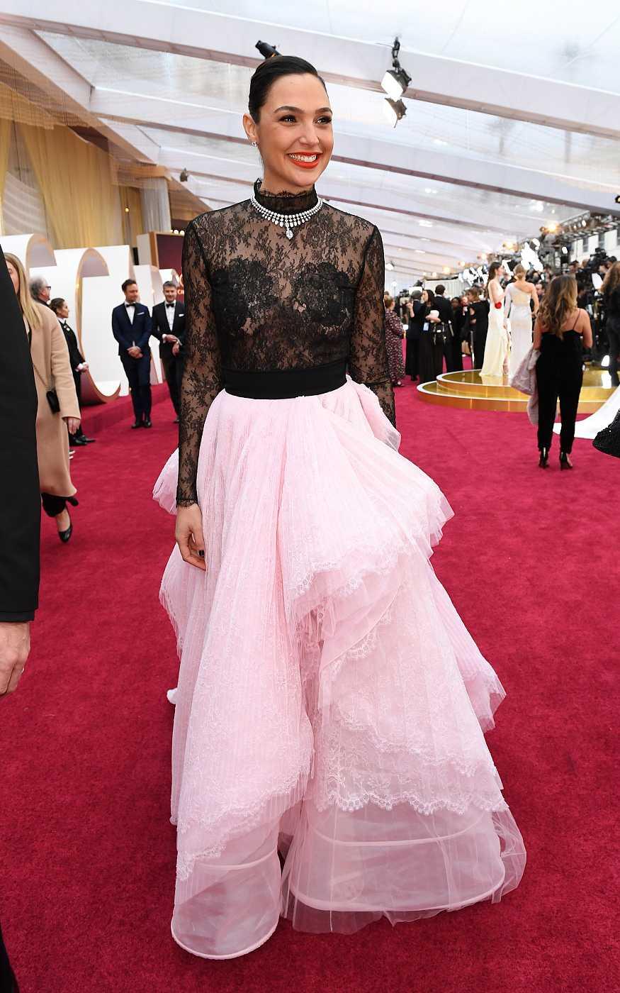Gal Gadot sobre la alfombra roja de los Oscar
