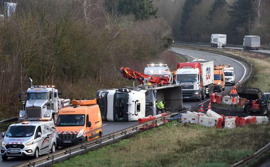 Los equipos de rescate trabajan en la autopista A2 en Marly, en el norte de Francia, después de que un camión volcase a primera hora de la mañana debido a los fuertes vientos provocados por la tormenta Ciara.