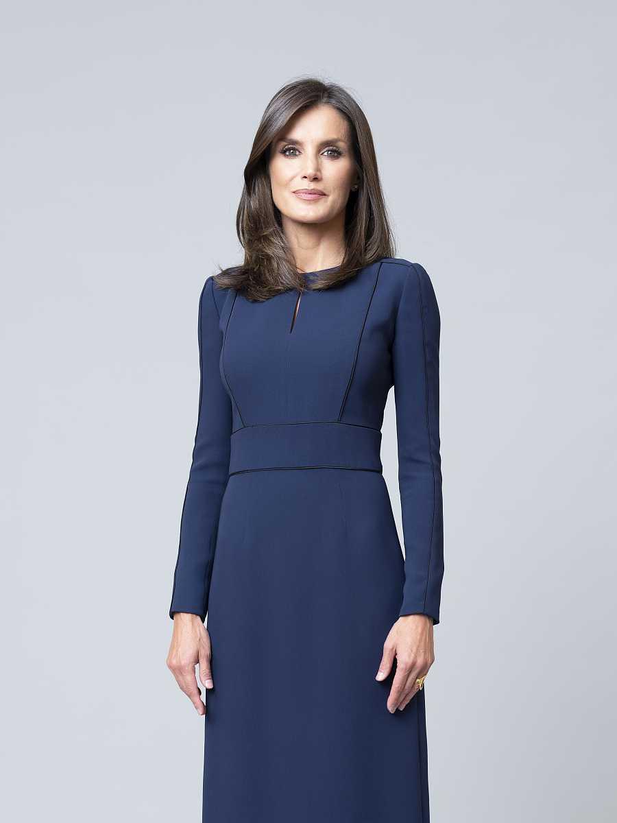 La reina de España posa en la que será su nueva fotografía oficial a partir de ahora en el Palacio de la Zarzuela. Porta un vestido azul marino largo con detalles dibujados en negro.