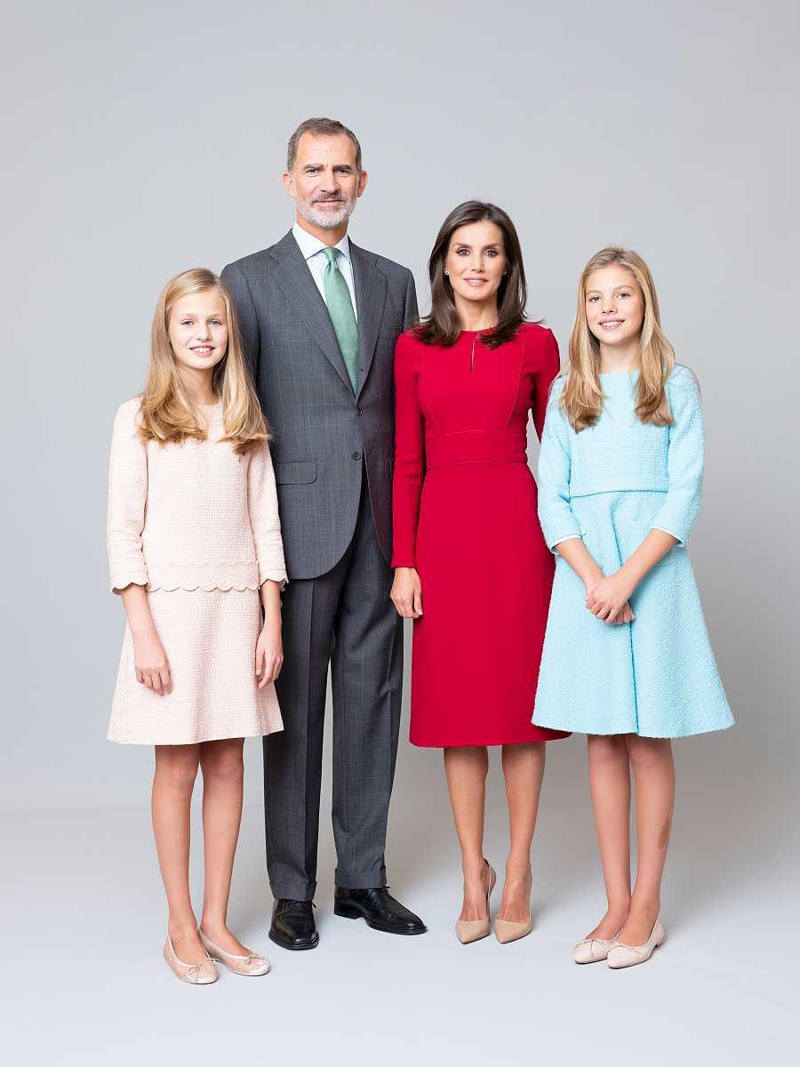 La Familia Real en su nueva fotografía familiar. Felipe VI luce traje gris y corbata verde clara, mientras que la reina Letizia porta un vestido rojo. Por su parte, sus hijas llevan la misma vestimenta que en sus fotografías individuales.