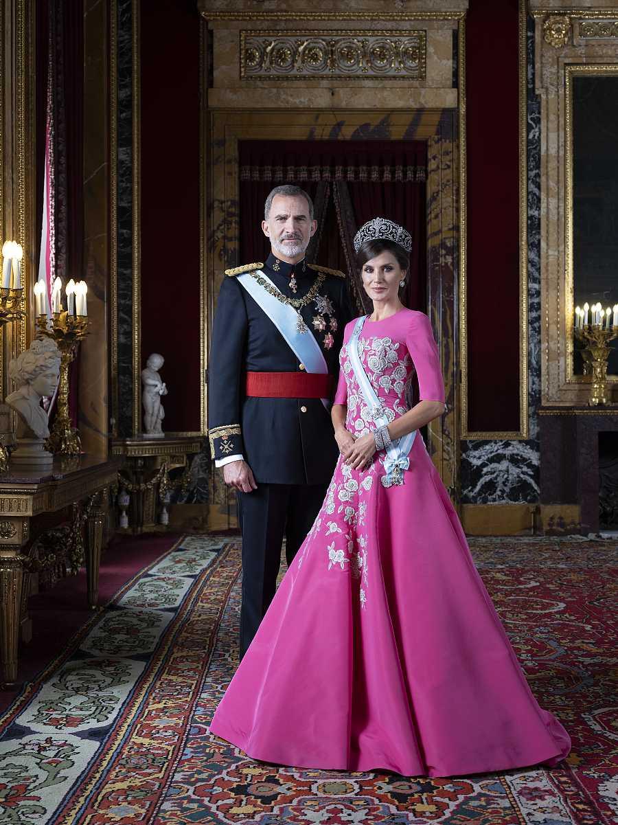 El rey Felipe VI y la reina Letizia en su nueva fotografía oficial conjunta en el Palacio Real. En esta ocasión, ambos visten sus atuendos de gala.