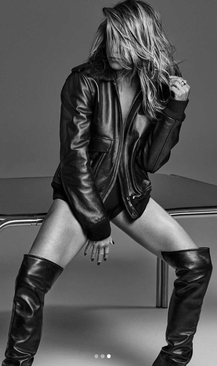 Jennifer Aniston posa con cazadora y botas de cuero para la revista Interview cuando cumple 51 años
