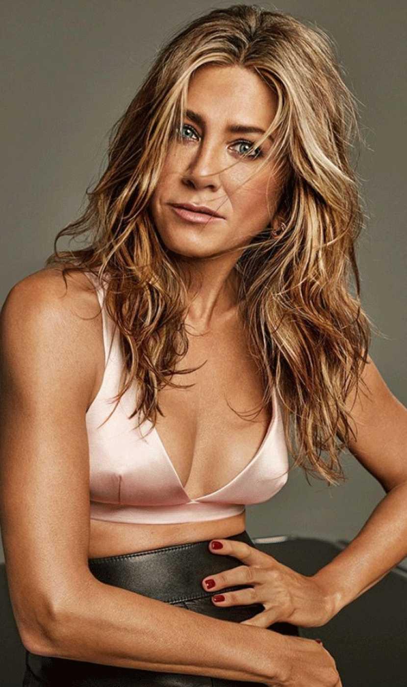 Jennifer Aniston posa con el pelo mojado, top de raso rosa y falda de cuero para la revista Interview