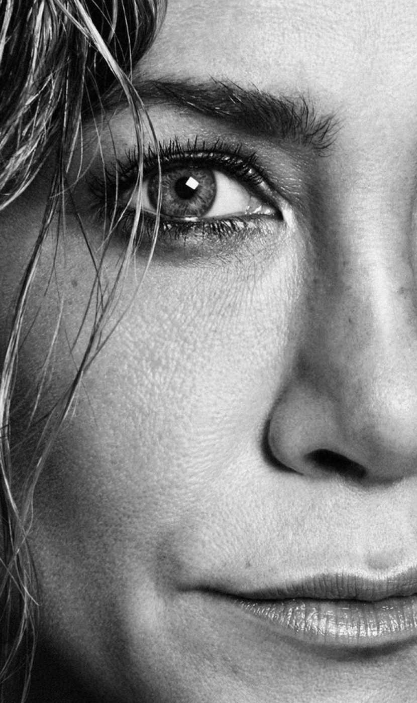 Primer plano del rostro de Jennifer Aniston que posa por su 51º cumpleaños para la revista Interview
