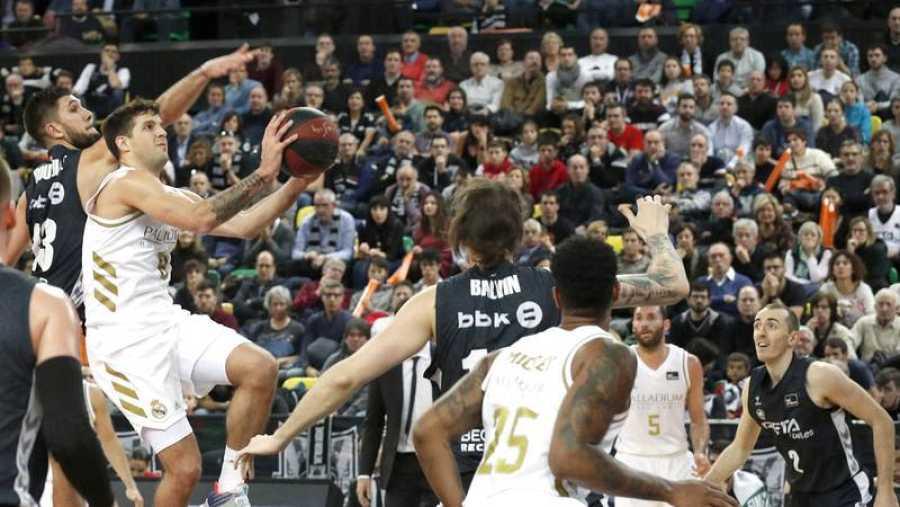 Los jugadores del Valencia Basket, Laberyrie (i) y Guillem Vives (d) Nikola Mirotic (c), del Barcelona.