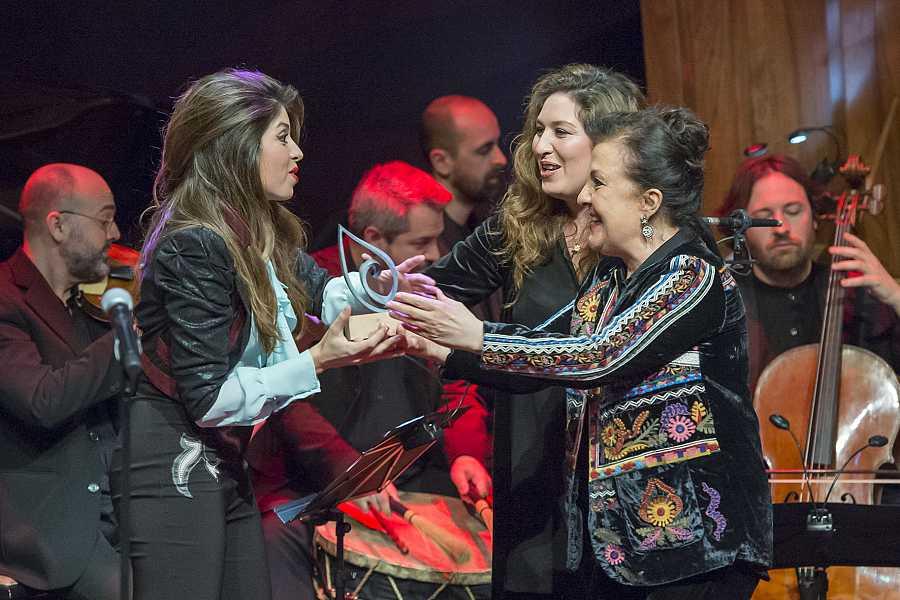 Solea Morente recibe el premio de manos de su hermana Estrella y Carmen Linares