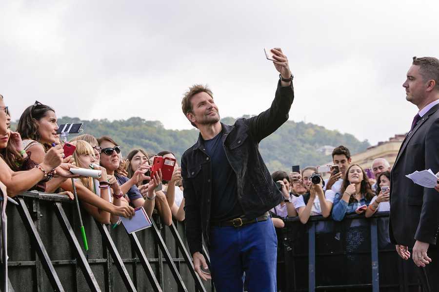 Bradley Cooper se hace fotos con los fans en el Festival de San Sebastián