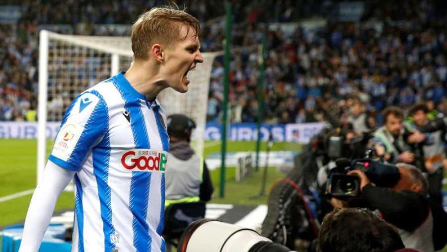 El centrocampista sueco de la Real Sociedad Martin Odegaard celebra su gol, segundo del equipo ante el Mirandés