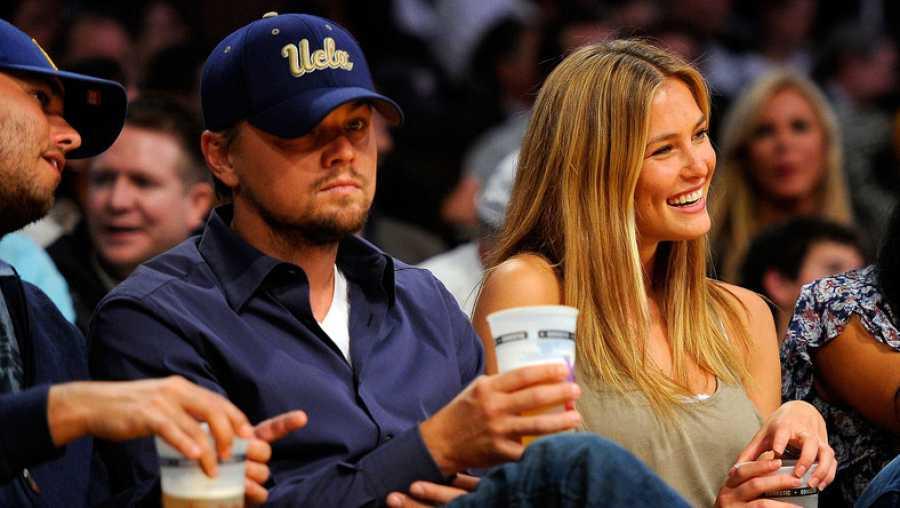 Leonardo DiCaprio y Bar Rafaeli en un partido con amigos