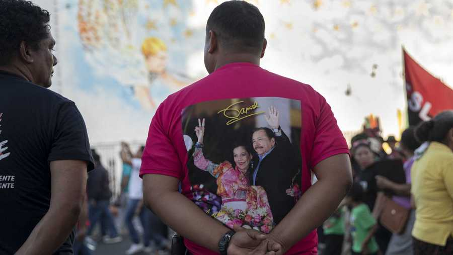 Un hombre con una camisa con la imagen del presidente de Nicaragua Daniel Ortega y su esposa Rosario Murillo