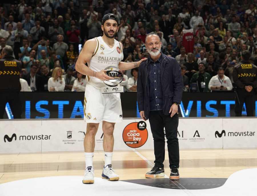 Facundo Campazzo recibe el trofeo de MVP de la Copa.