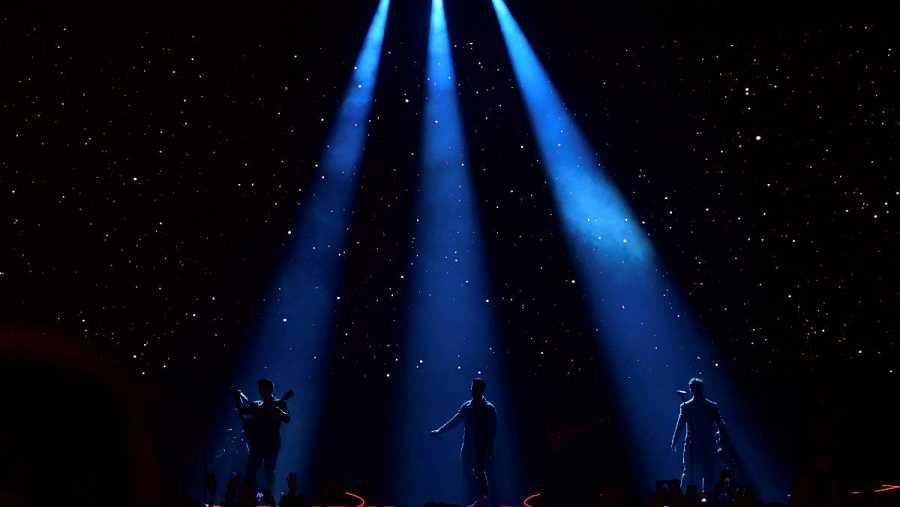 Los integrantes del grupo estadounidense Jonas Brothers (Nick, Joe y Kevin) durante el concierto que han ofrecido en el Wizink Center de Madrid.