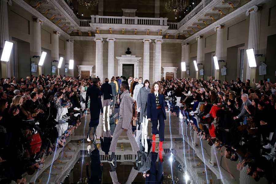 Las modelos cierran el vestido de Victoria Beckham en la London Fashion Week