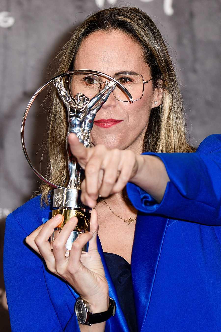 Amaya Valdemoro en los Premios Laureus con el galardón concedido a la Selección Española de Baloncesto